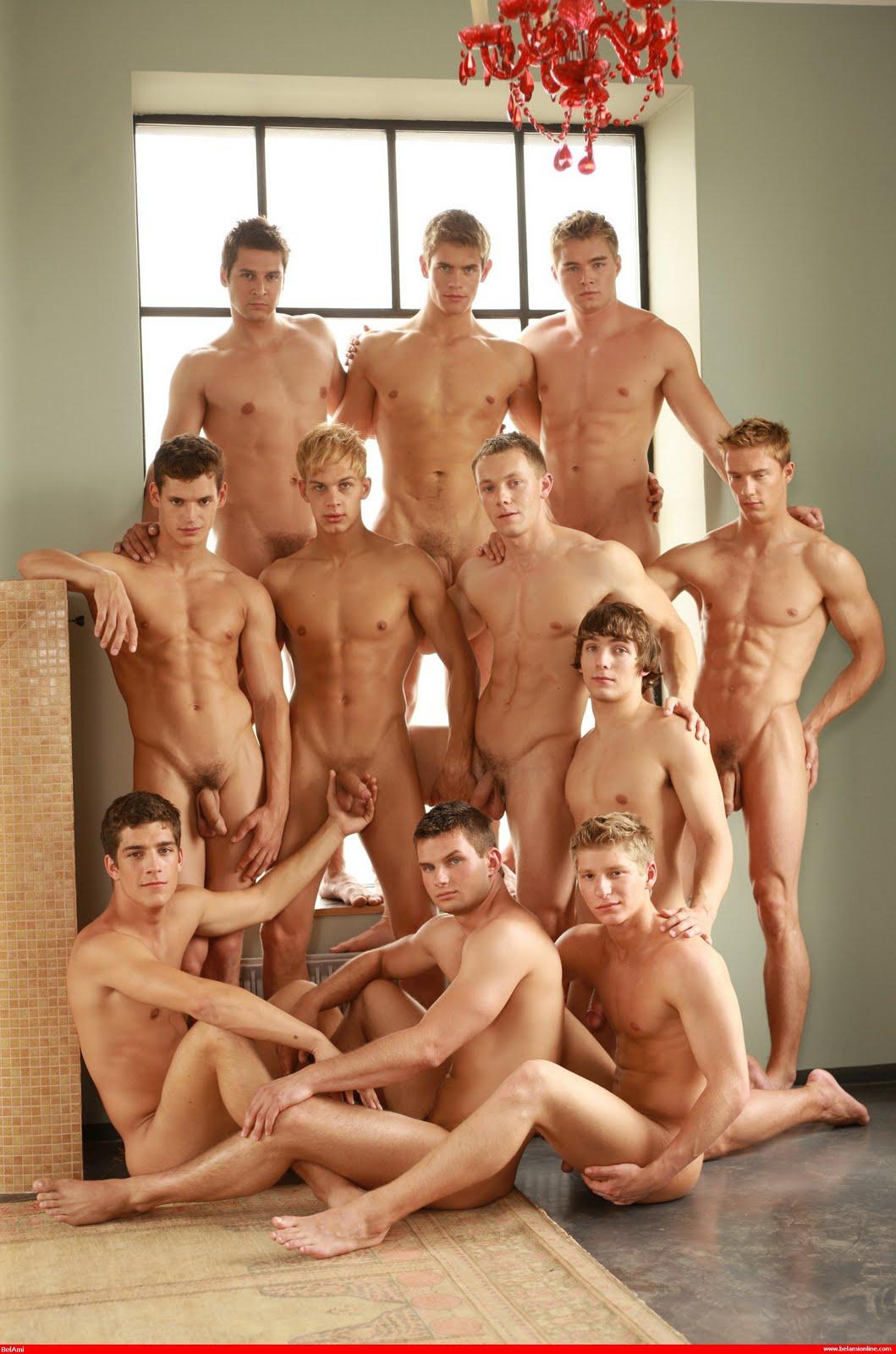 огромная компания голых парней жил своей